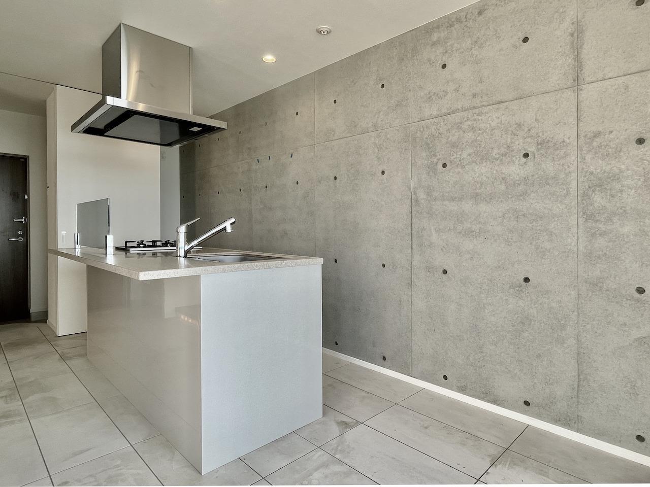 床は白のタイルと壁はコンクリート。