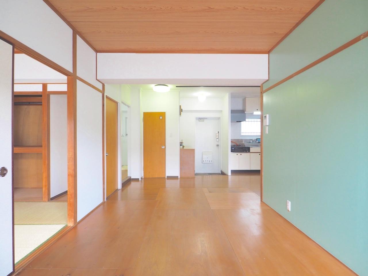 壁の色味や床の大きな木の質感
