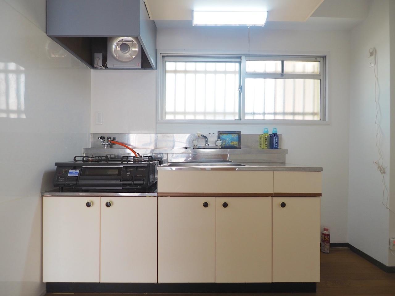 キッチンは広々、2口コンロ