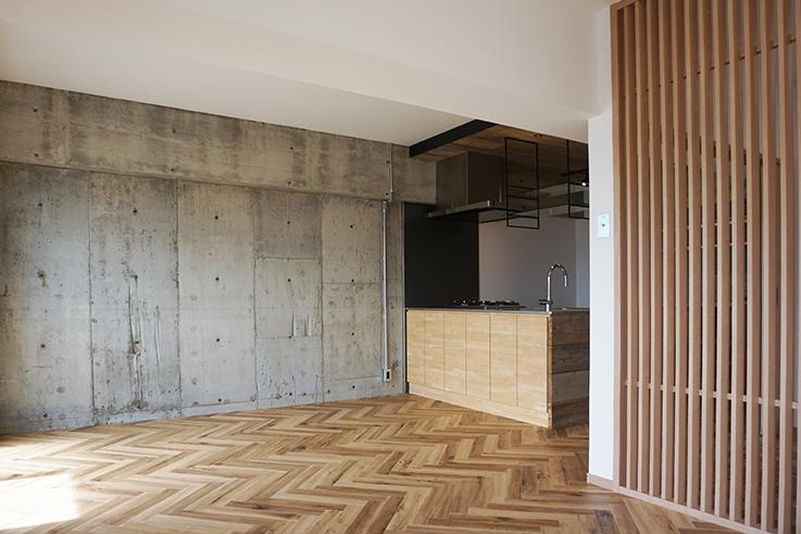 コンクリートのラフな表情と木材のコントラストが心地良い。