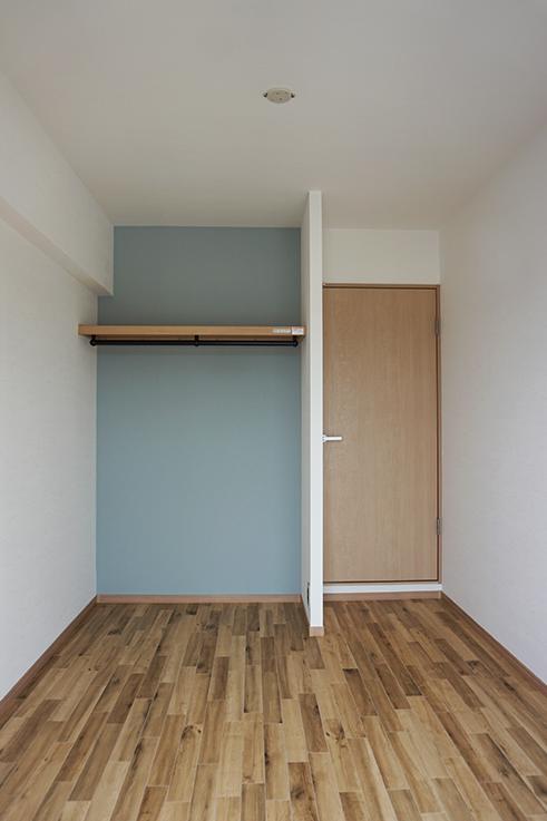 4.5畳のお部屋。窓からの眺望が抜けているので、案外狭さは感じません。