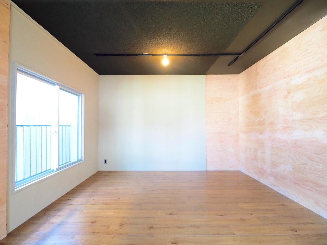 黒い天井が空間を引き締めいい感じに。
