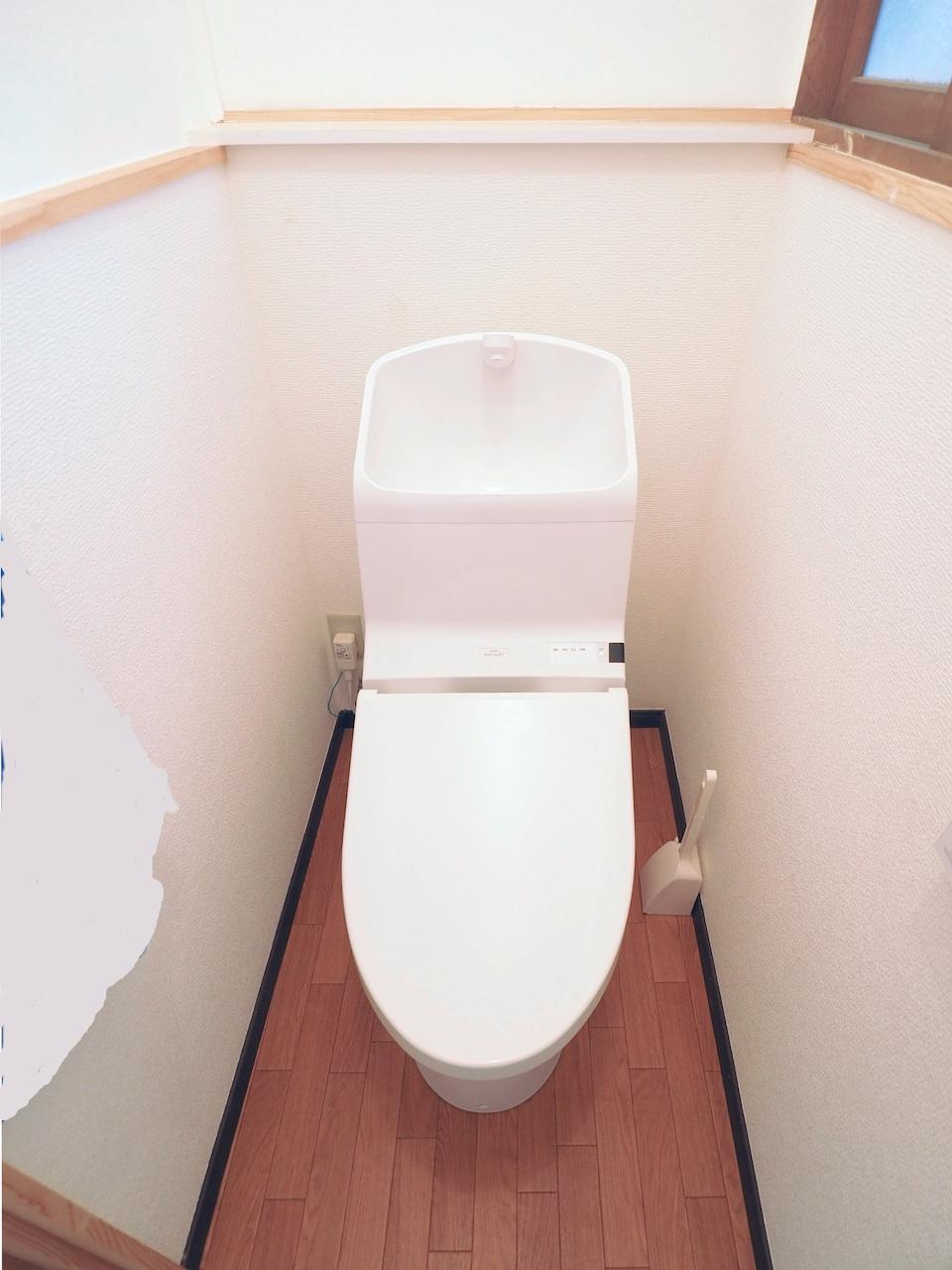 お手洗いも新調。温水洗浄器付き便座。