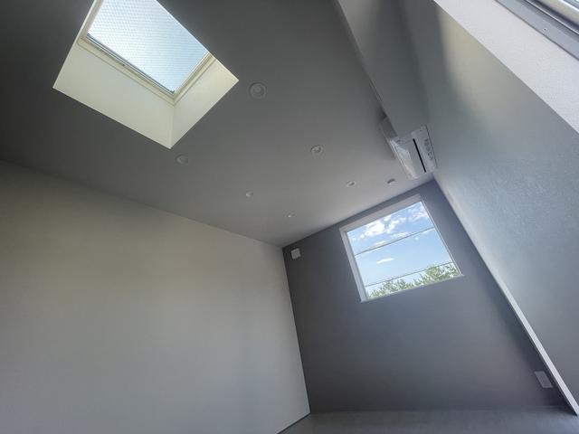 天井にも窓があり明るいですね。