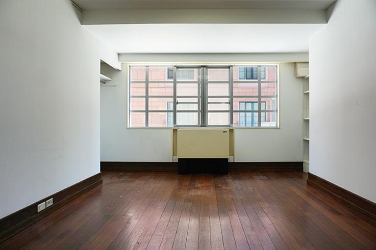玄関入って一番右奥の部屋。向かいに見えるのは、マイケル・グレイブスが設計したマンションです。