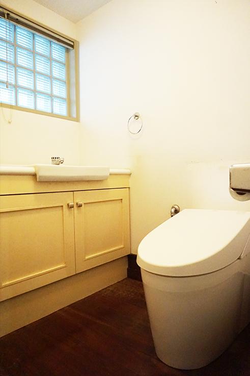 立派なお手洗いがついたトイレ。明かり取りの窓もついており落ち着く空間となっています。