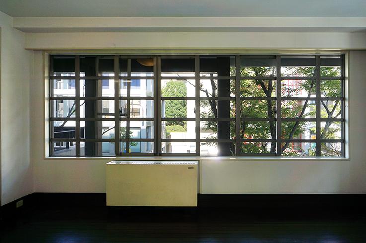スプレッドシートのような大開口窓。床置式空調も手伝って、何やら日本にいることを忘れそうになります。