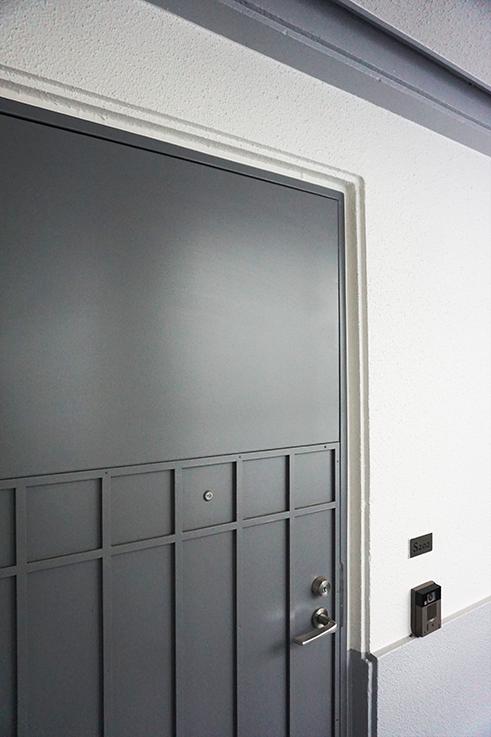 玄関扉。縁に注目するとここにも3段意匠のディティールが使われています。