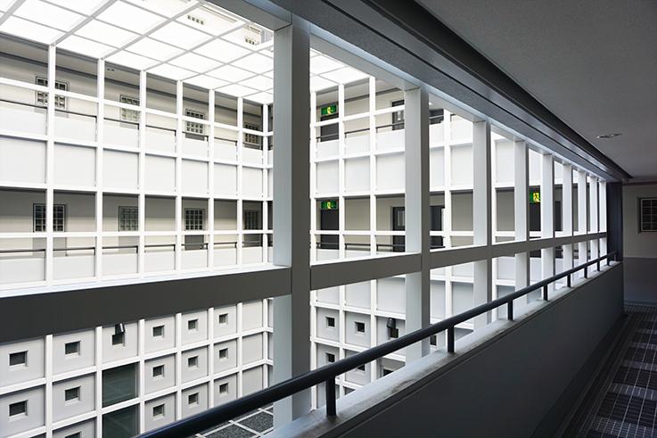 共用部の眺め。グリッドデザインの空間が広がっています。にしても贅沢な造りですね。