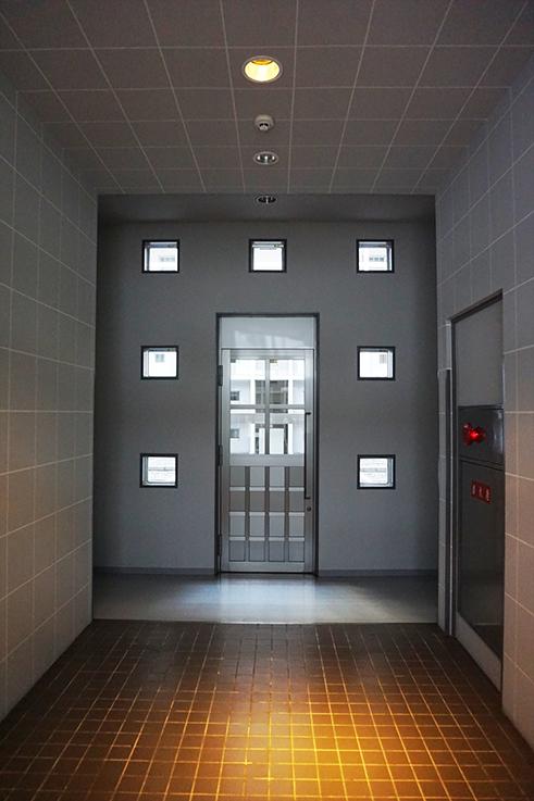 エントランス入ってすぐ。中央奥はパティオ。右手にエレベーターがあります。