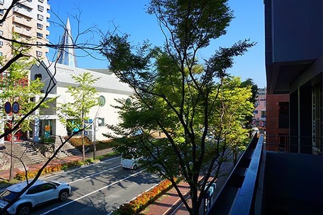 リビング横にあるお部屋(東向)のベランダから見た前面道路の眺め。黒川紀章の建築が目と鼻の先に見えています。