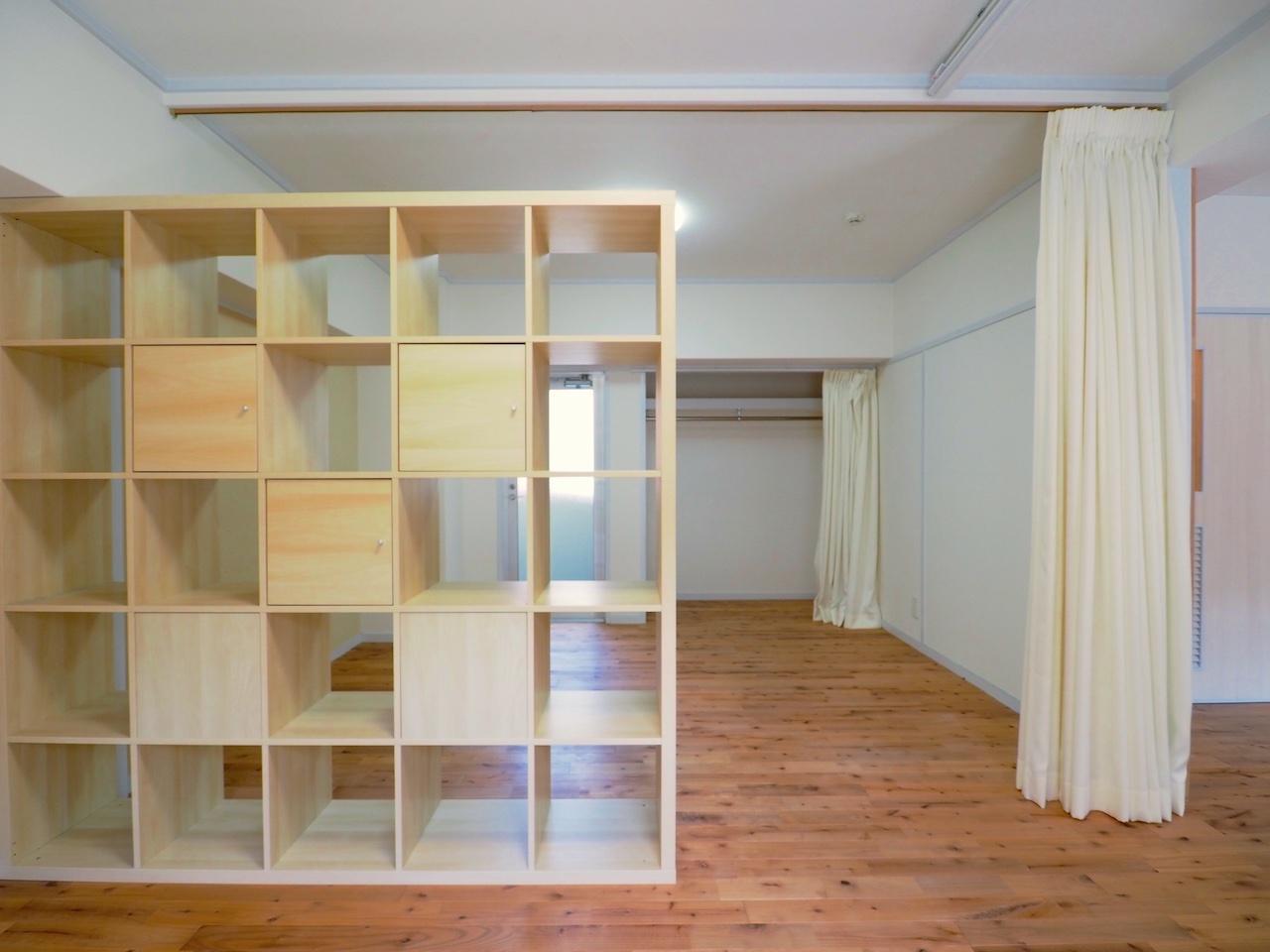 木製シェルフをパーテーション代わりに。
