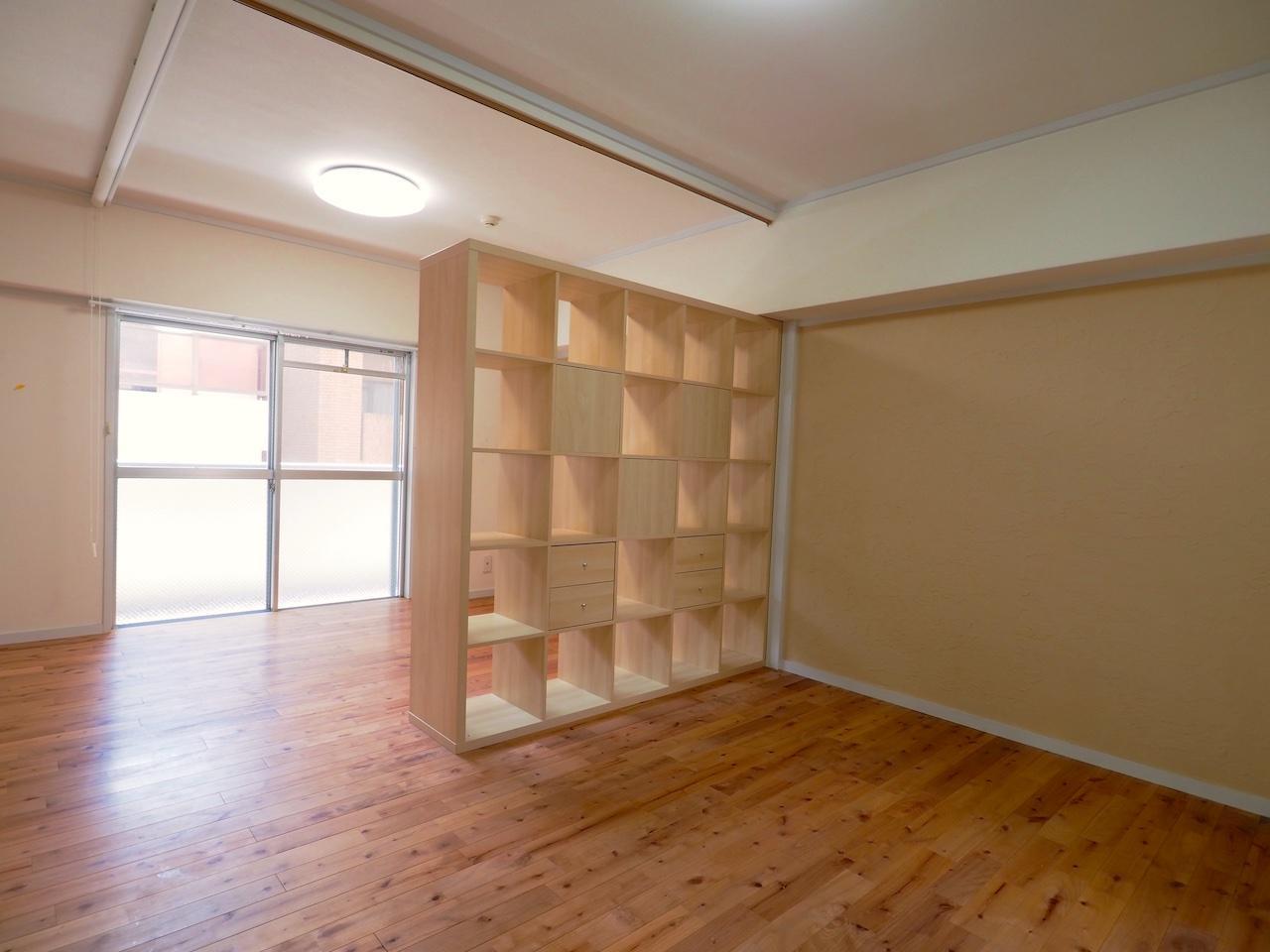 本やオブジェなどを飾って空間を彩りたい。