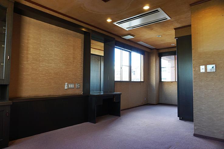 3F奥の部屋。寝室だったと思われます。こちらにも天井ビルトインエアコンが奢られています。