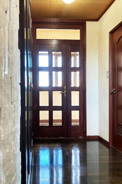 2Fに戻って玄関。右手にはトイレの扉が見えています。こちらの物件、1F〜3Fまで各階にトイレが完備されています。