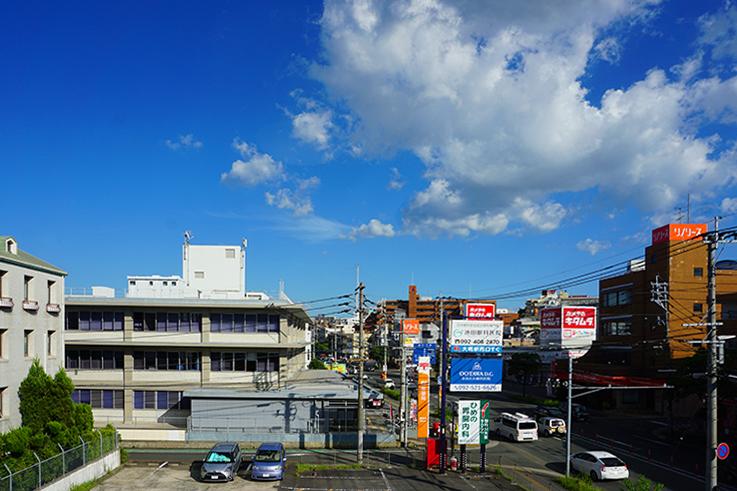 屋上からの眺め。空が広いですね。向かいに見えているのは福岡南郵便局です。