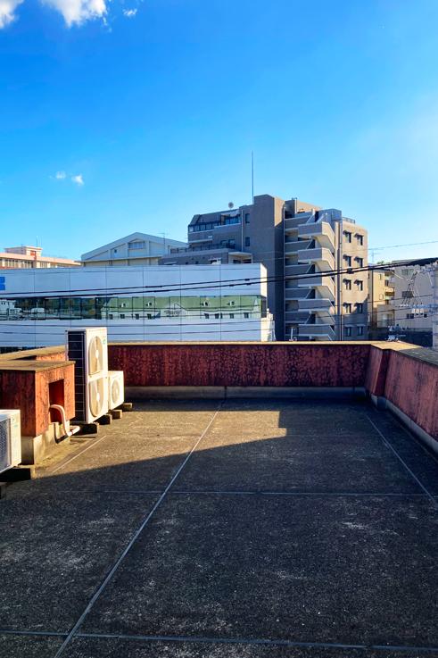 屋上。結構な広さがあります。どんな風に使いましょうか。にしても空が青いですね。