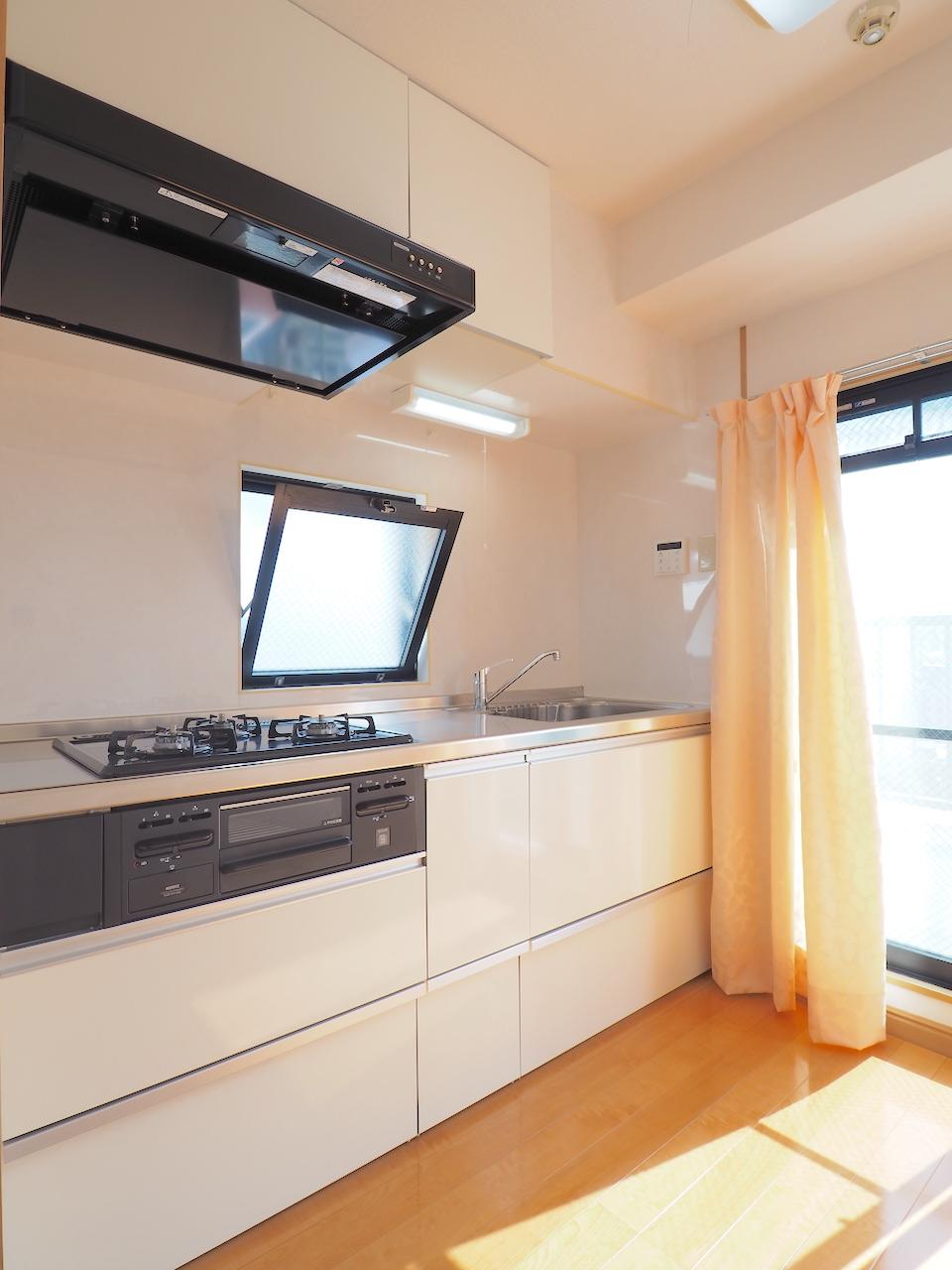 キッチンは広め。窓も近くに。