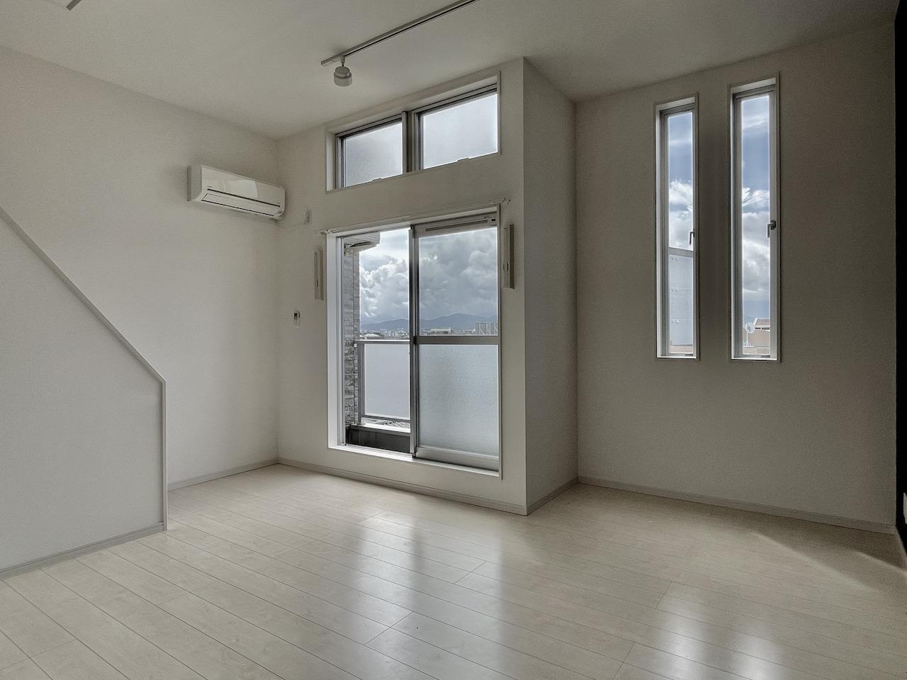 窓も多く天井も高いので明るい。