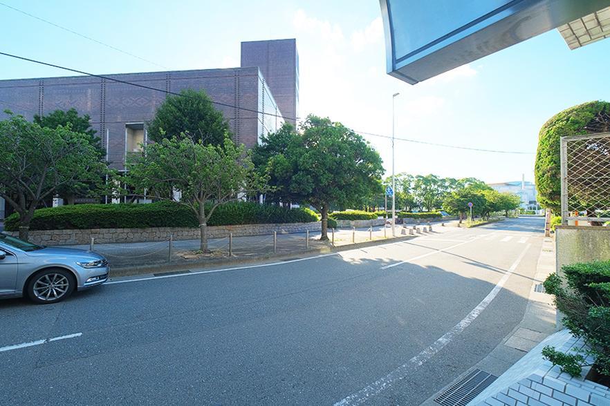 前面道路。向かいに美術館。