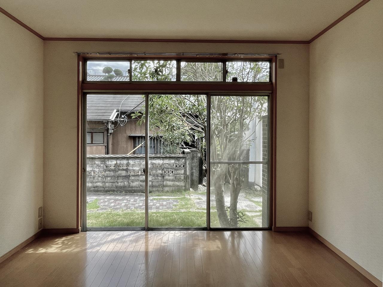 1階洋室1。木がまた絶妙な位置に。
