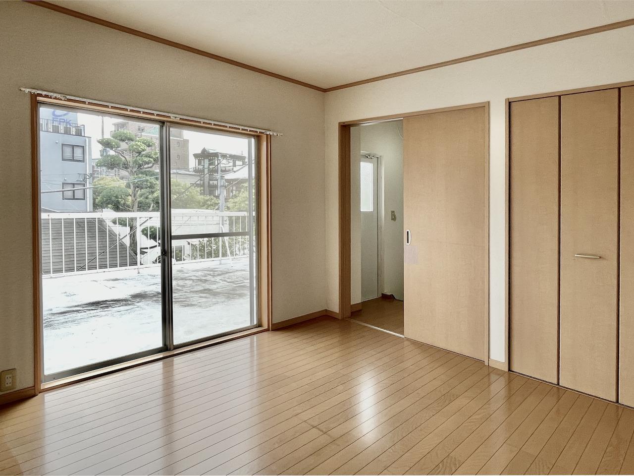 2階洋室1。バルコニー出入り可能。