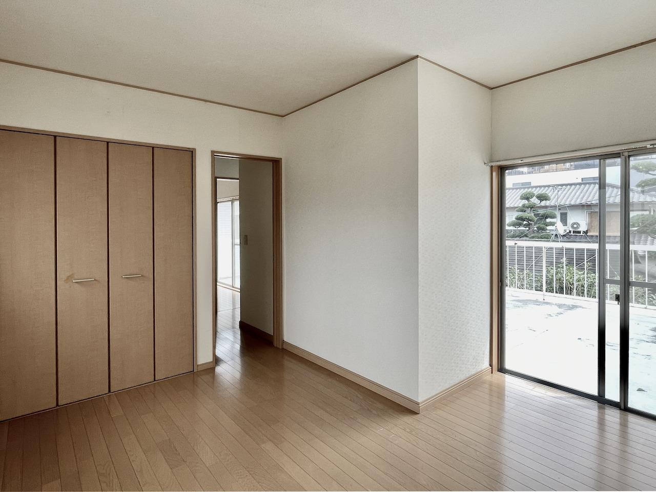 2階洋室2。こちらかもバルコニー出れます。