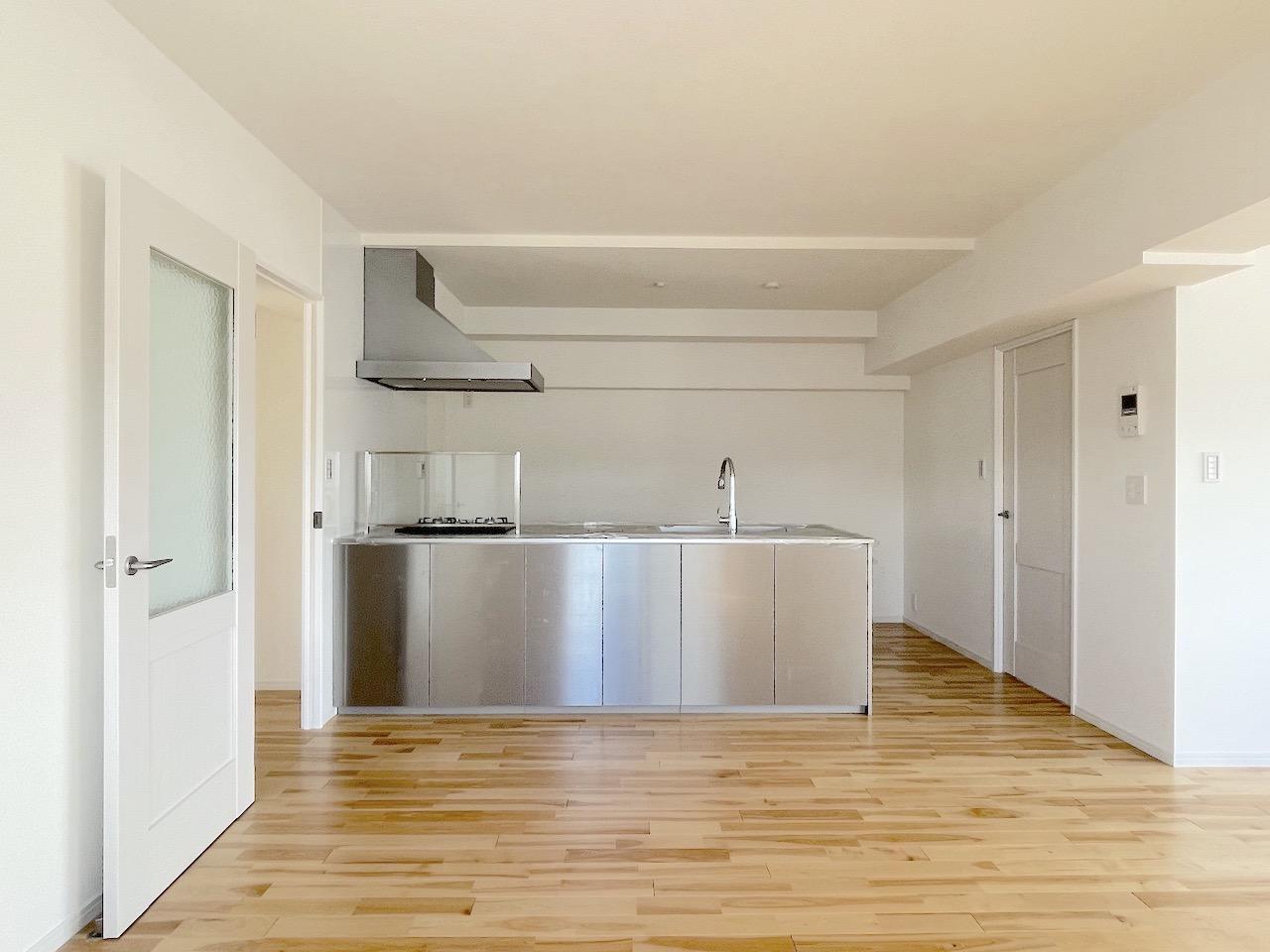 キッチンが空間にバシっとハマってますね。