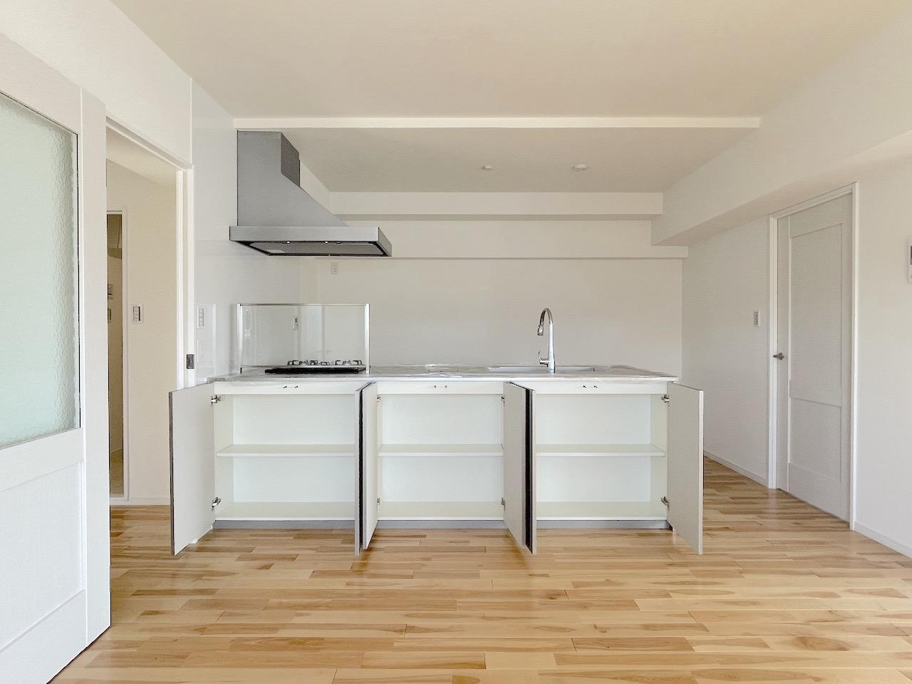 ステンレスのキッチンは収納も充実。