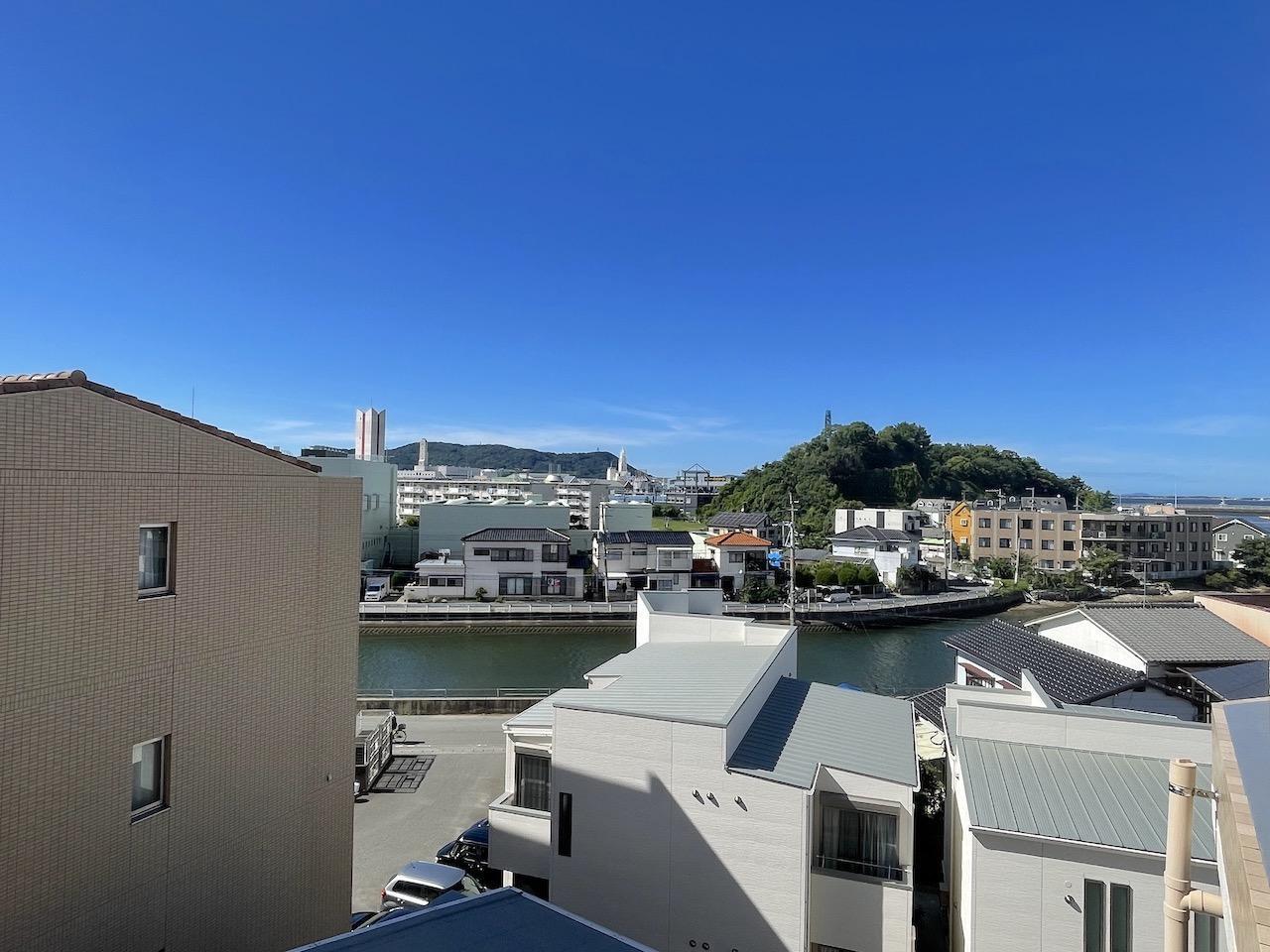 共用部からの景色。名柄川も見えます。