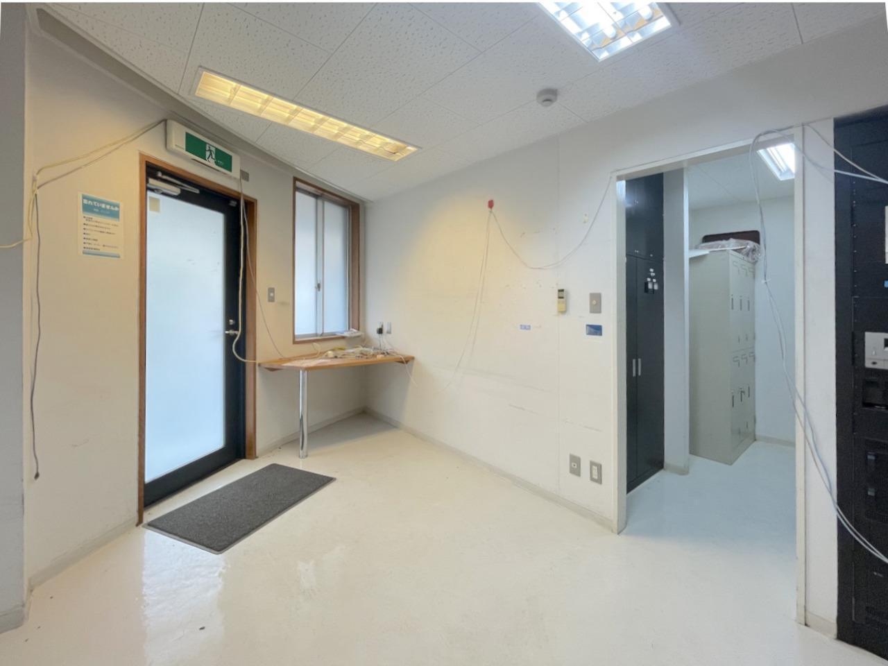 1階の小部屋。電源やキッチンがあります。