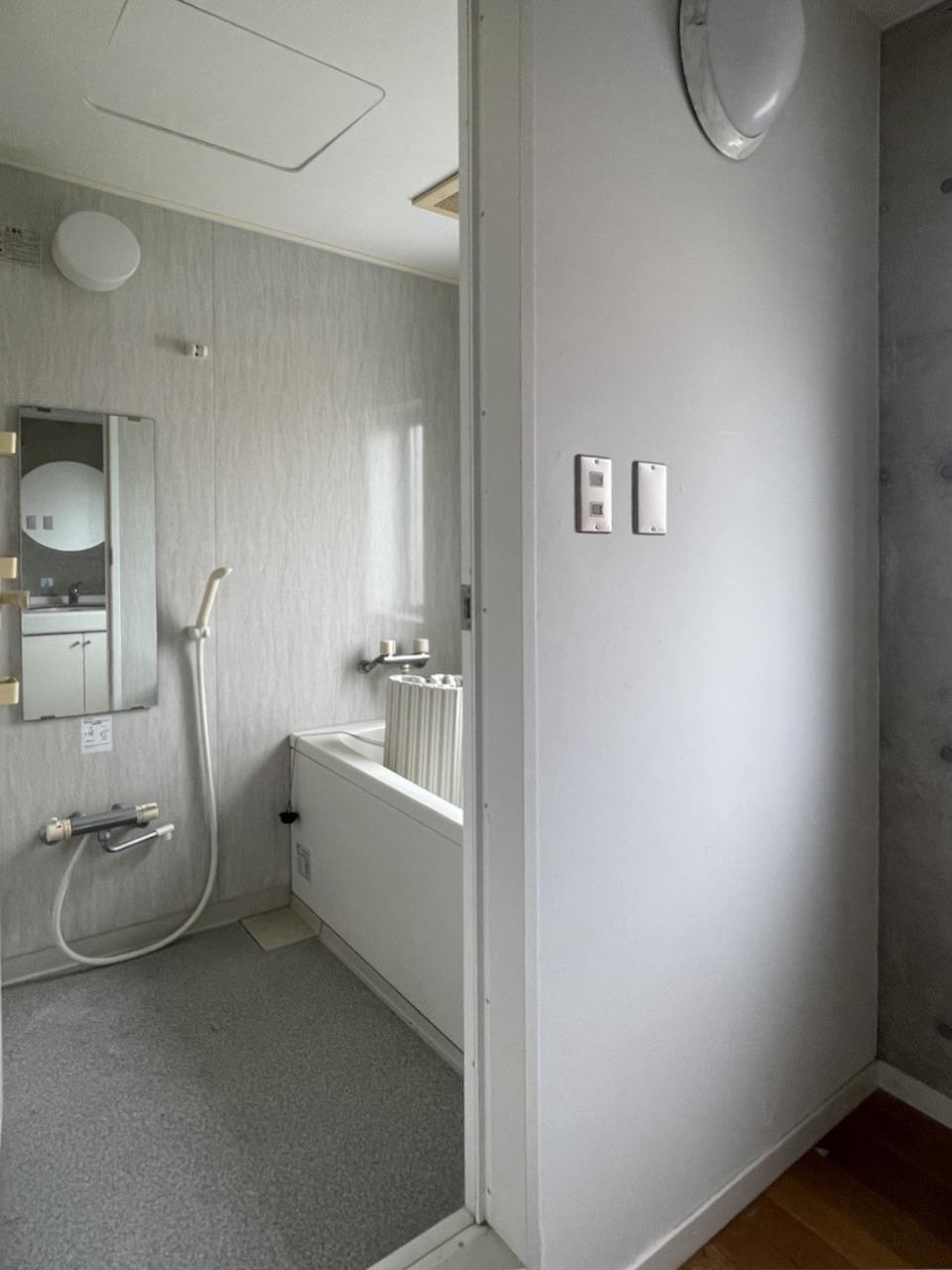 研修所の名残でバスルームが2つ付き。