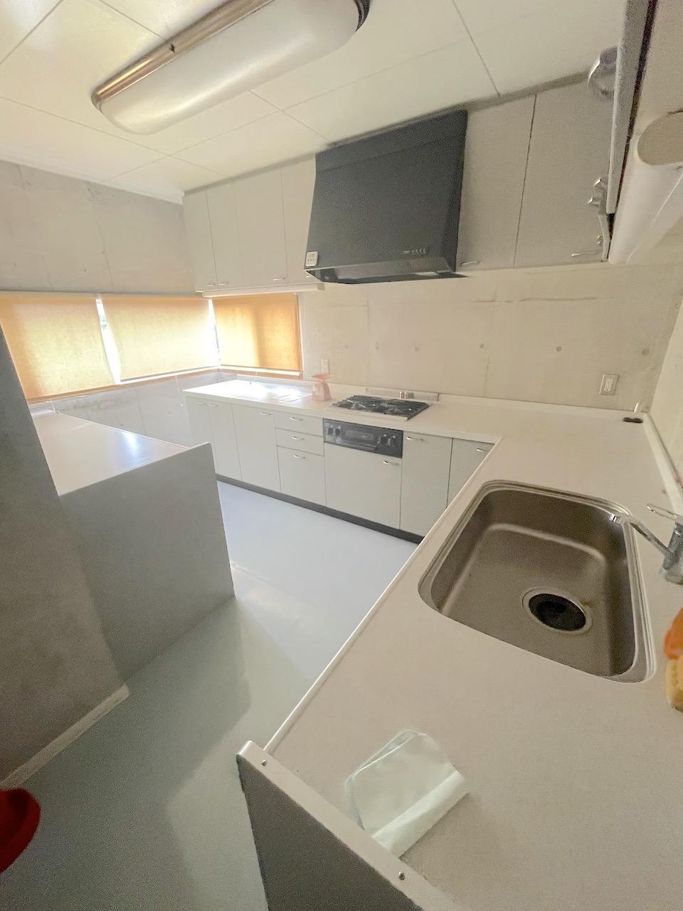2階のキッチンも広い。料理教室もしていたとか。