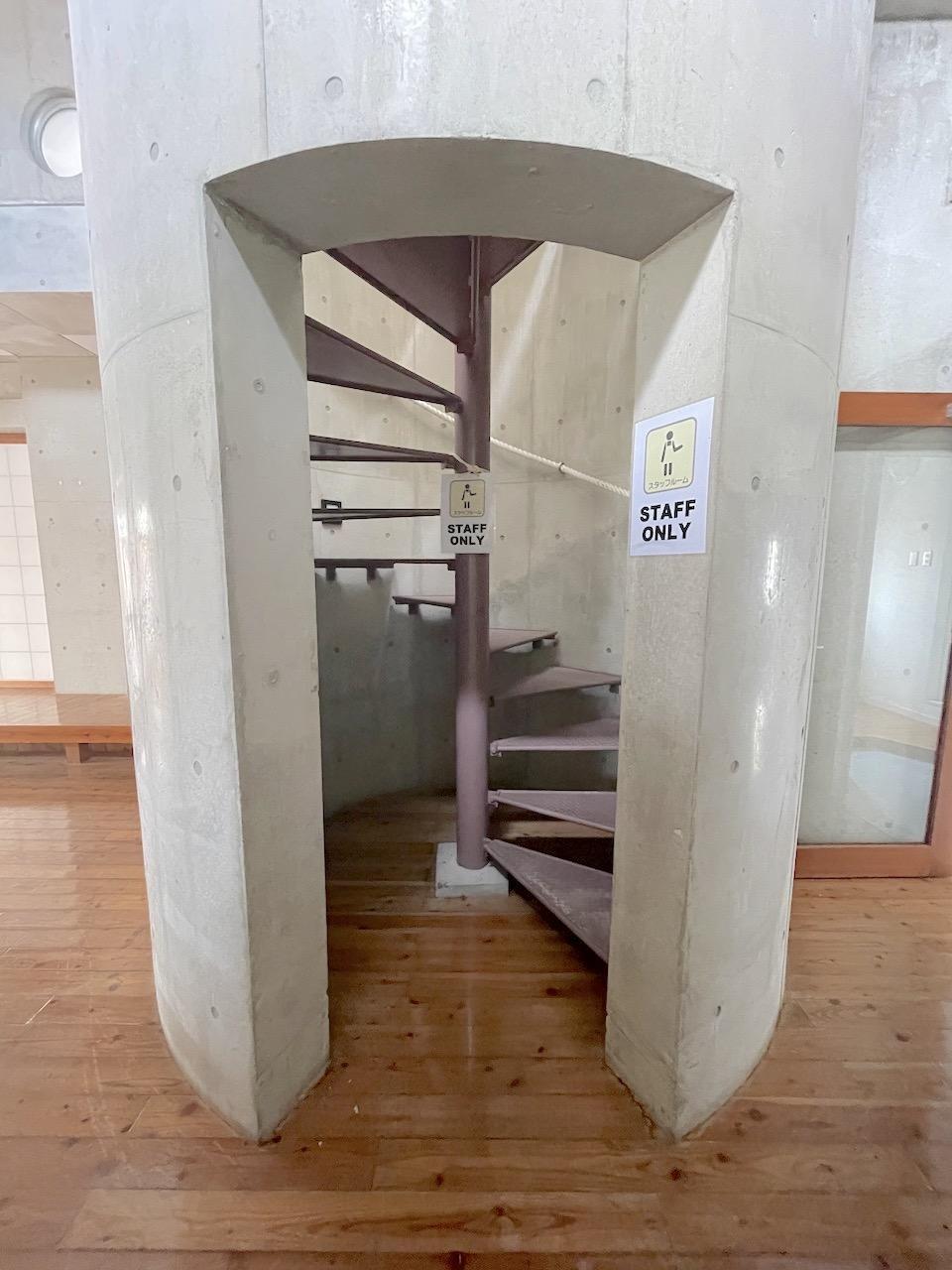 この隠れ家的螺旋階段から3階で。