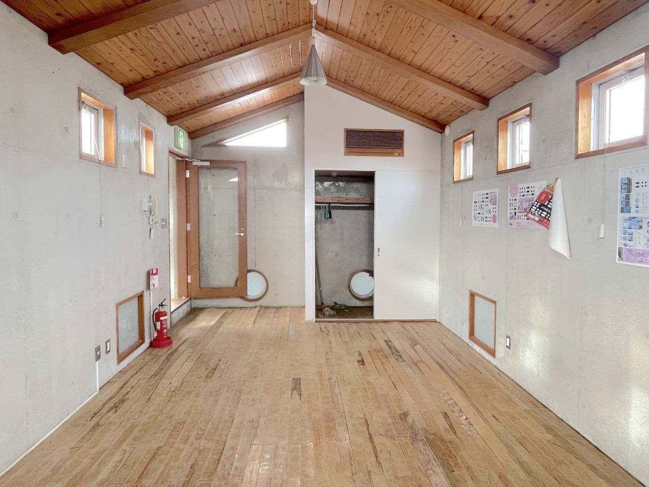 3階の個室はこじんまりと。床は改装が必要かと。
