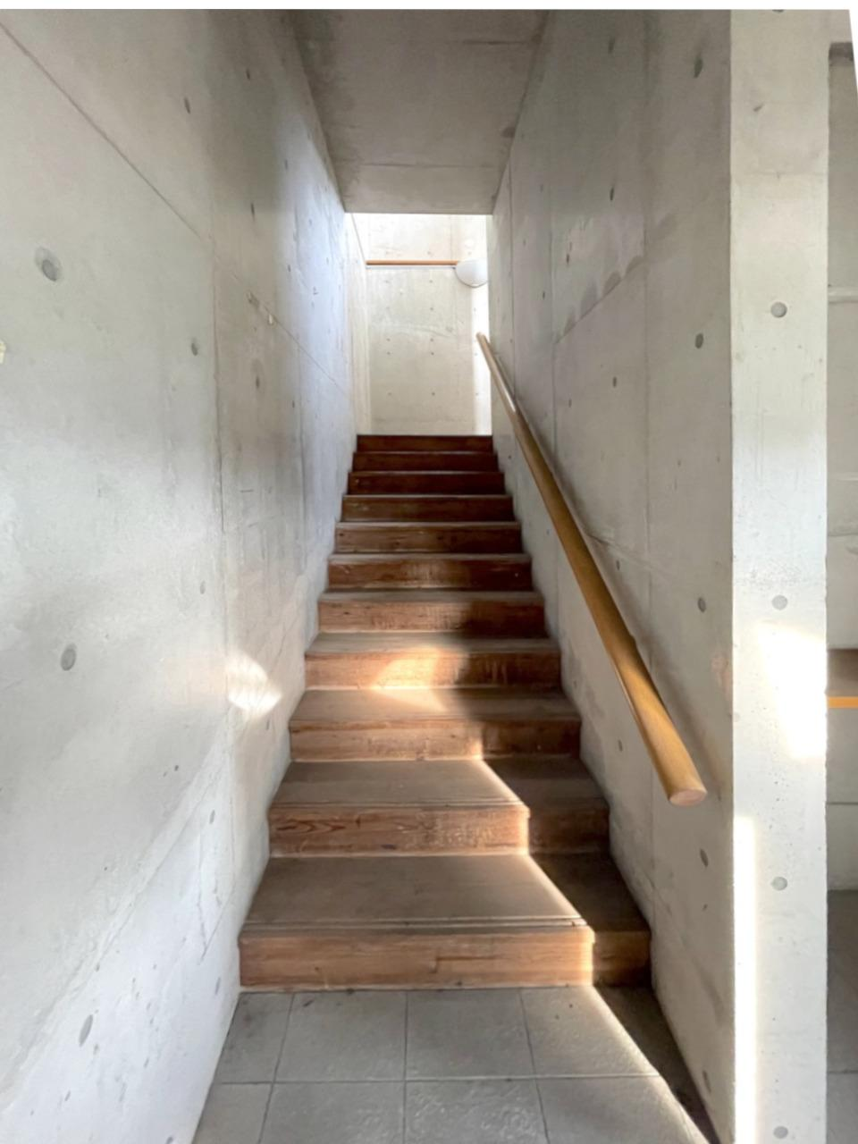 ドアを開けるとすぐに階段。