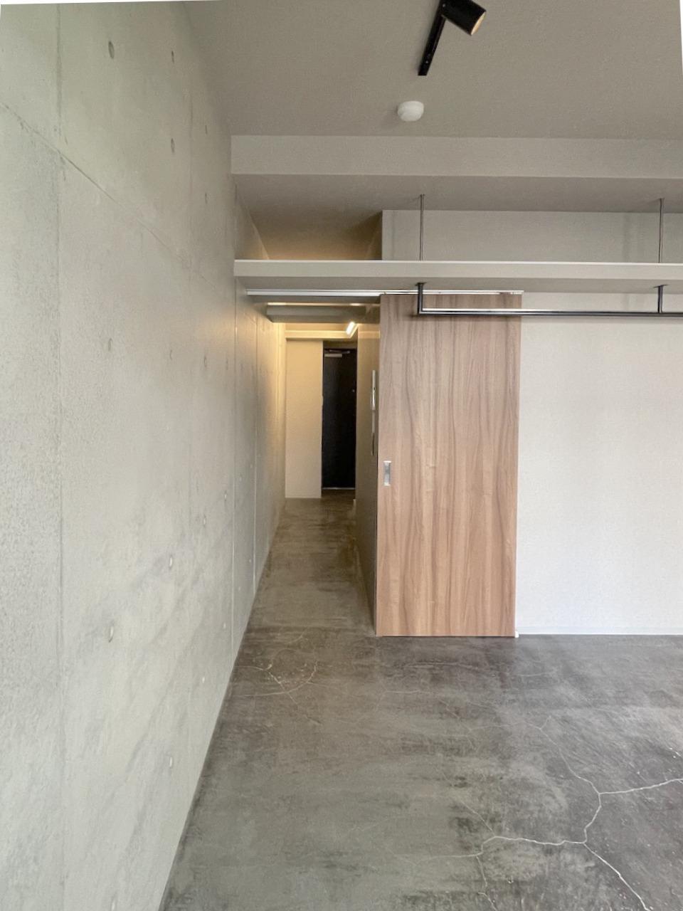 壁といい床といいクールな仕上がり。