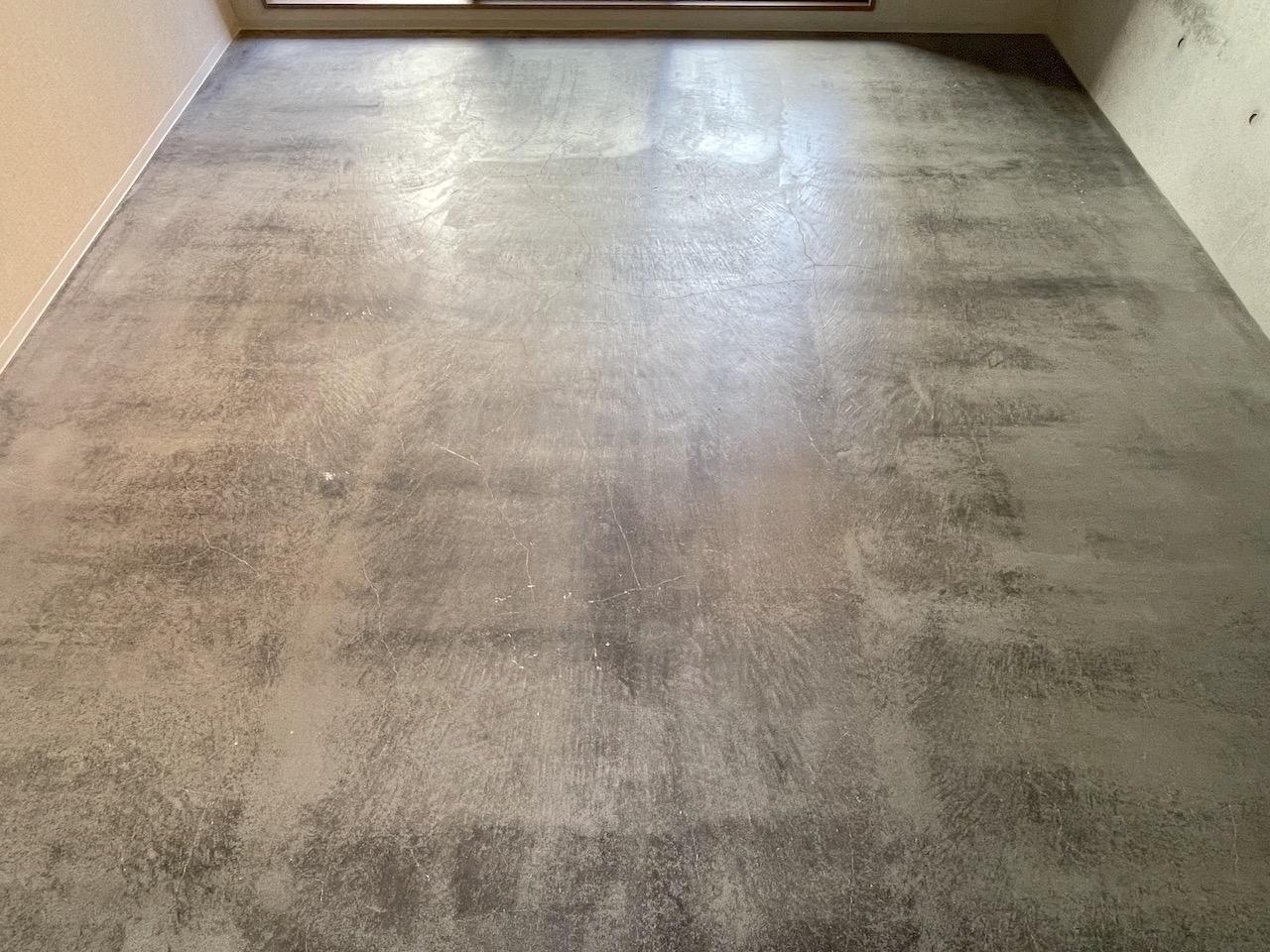 モルタル仕上げの床。