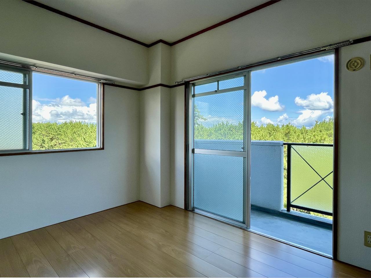 洋室1。もう窓の外には緑がびっしり。
