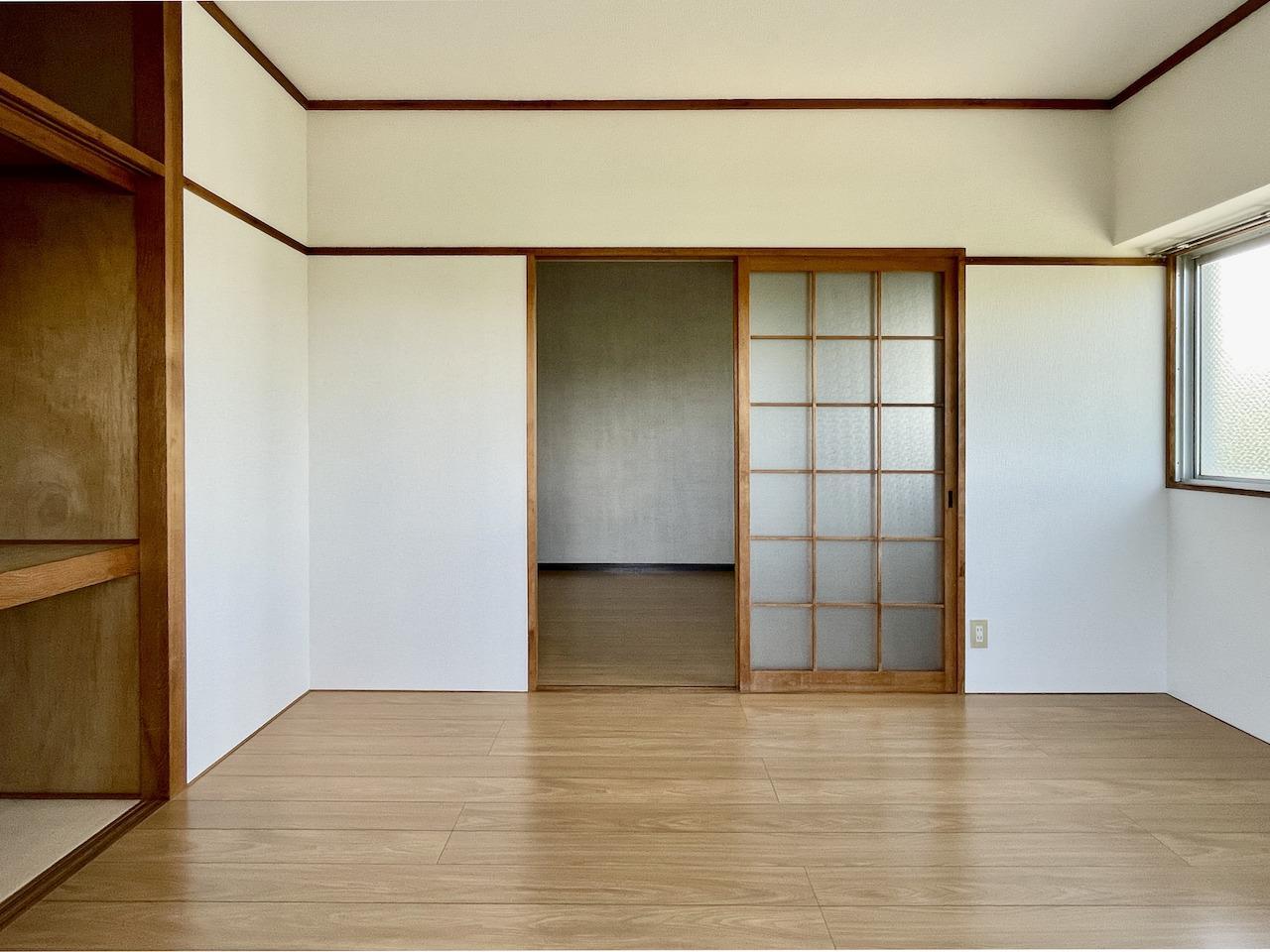 洋室1。バルコニー側から。レトロな感じも残ってます。