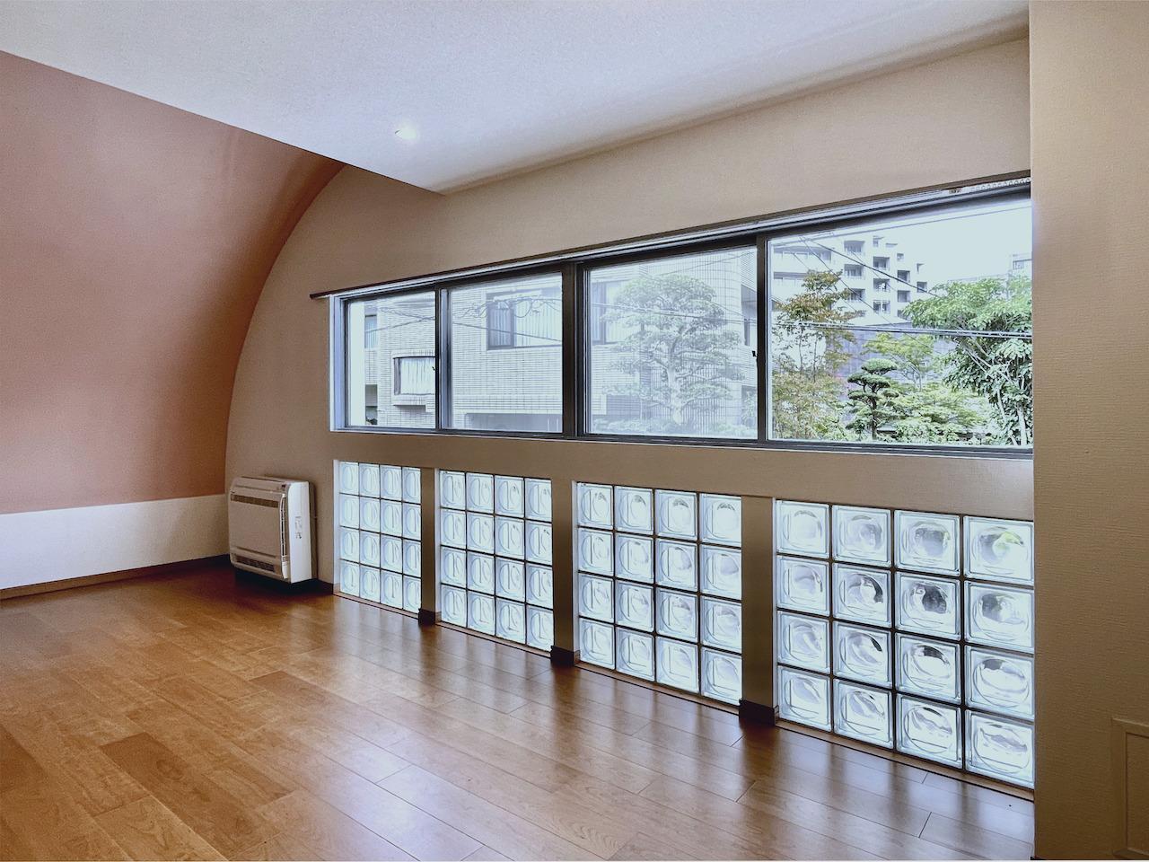 洋室1にもアールの天井。ずらっと並んだガラスブロック。