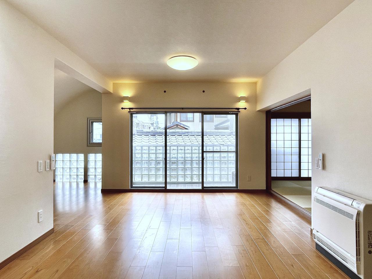 LDK。大きめの窓とガラスブロックで明るい。