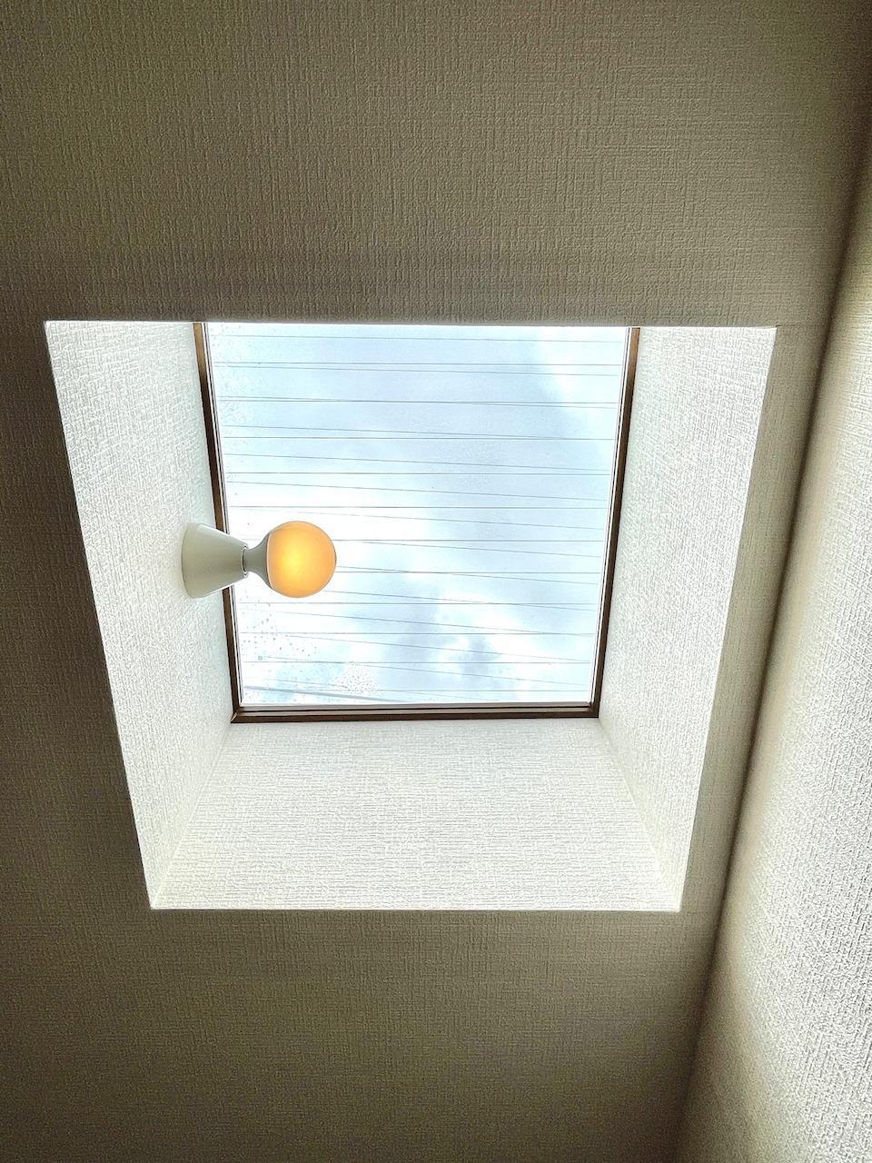 LDKの天窓からも光が。