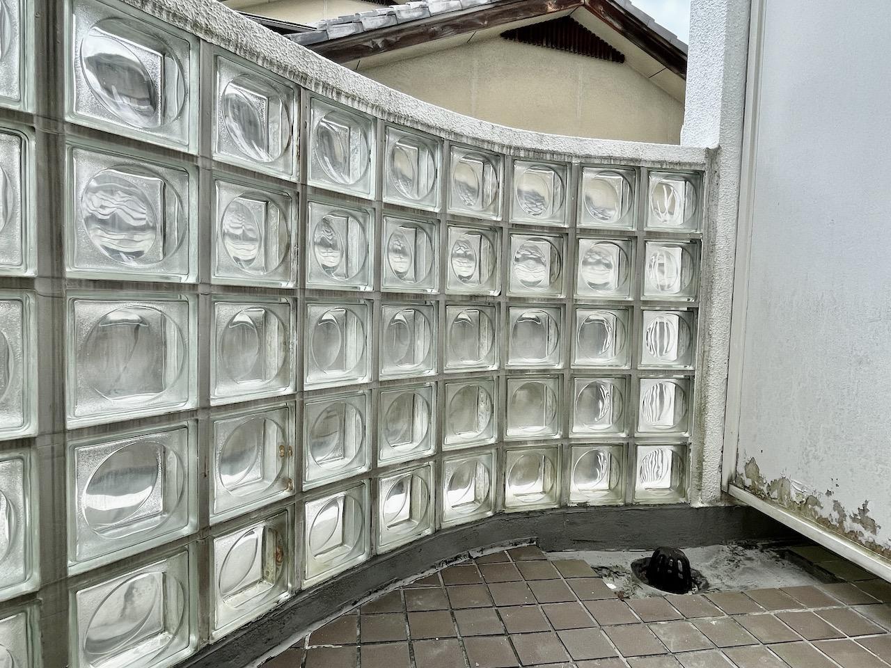 バルコニーにはガラスブロック。隣は家なので眺望はごめんなさい。