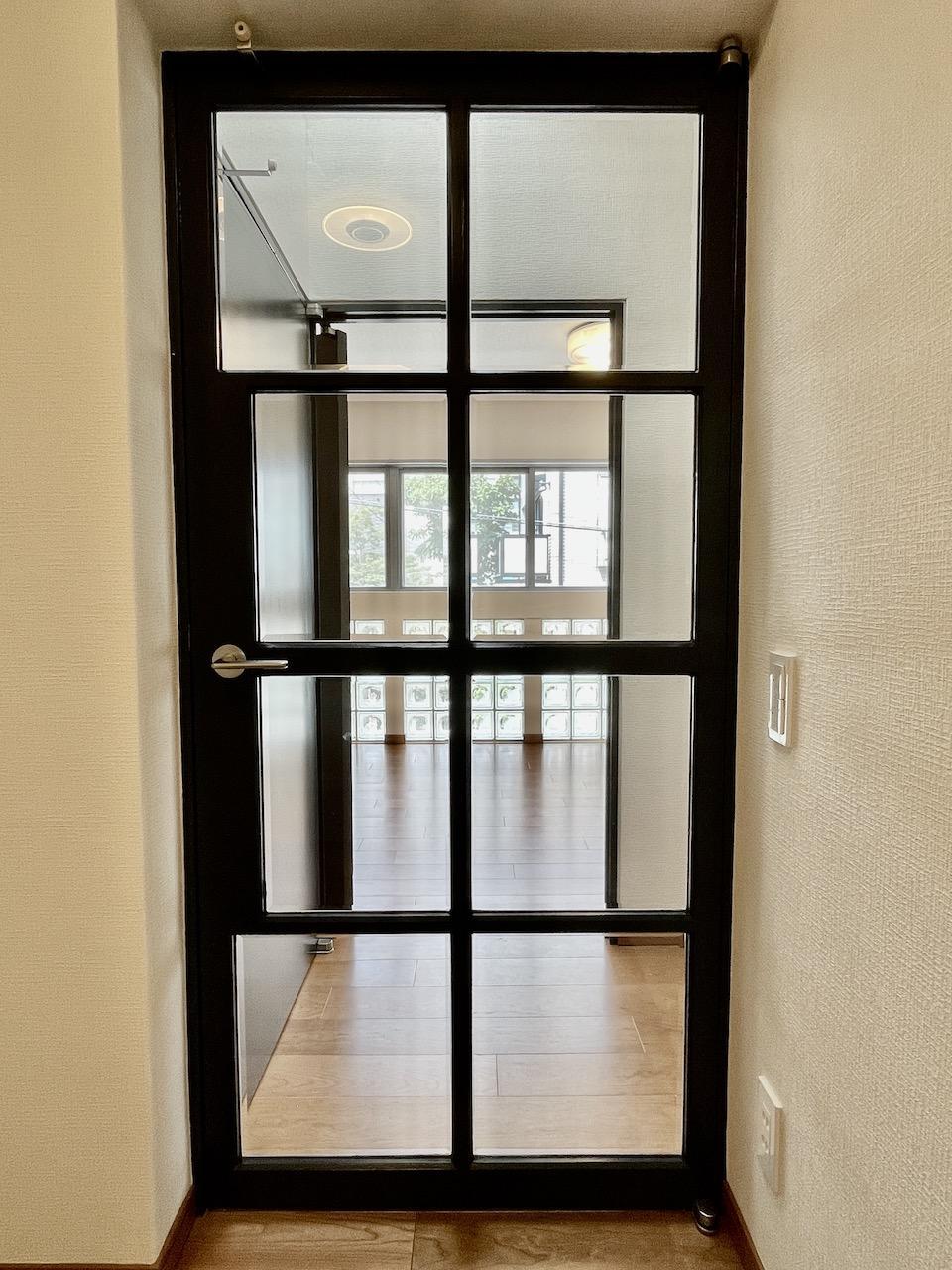個人的に好きなドア。光が抜けます。
