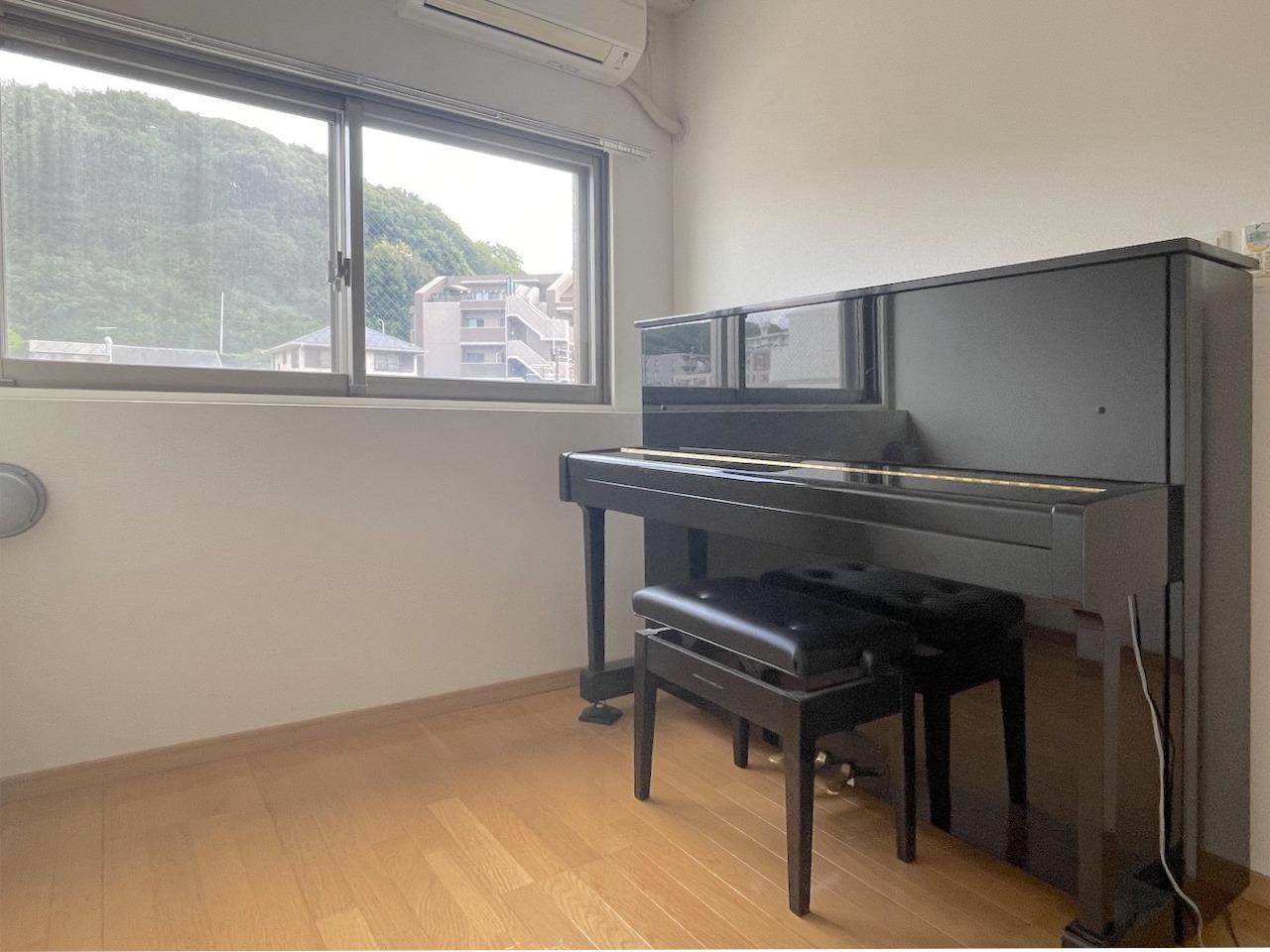 ピアノ付きで防音室が完備。個人練習に利用できます。