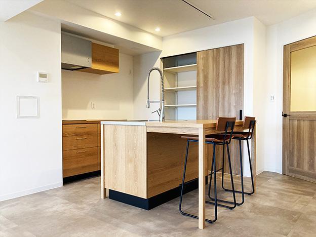 キッチン周りの機能は、この一角にまとめられています。収納がたっぷりあるのでスッキリ暮らせそうです。