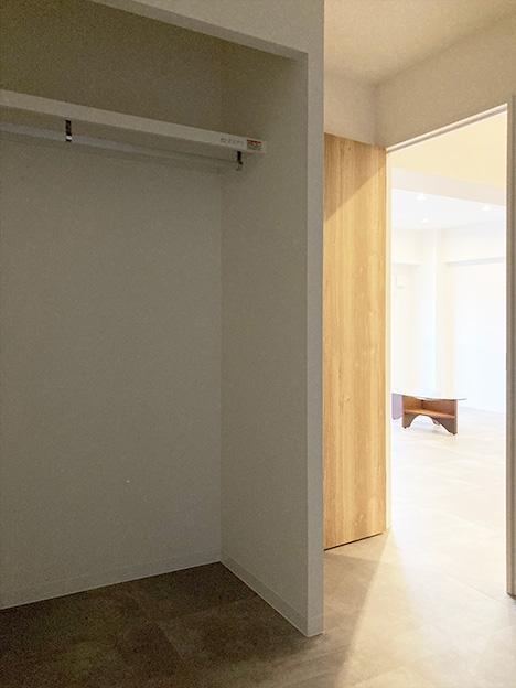 お隣のお部屋。大容量のウォークインクローゼットが備えつけられています。