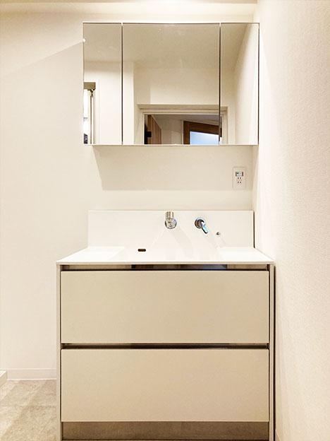 スッキリしたデザインの洗面化粧台。