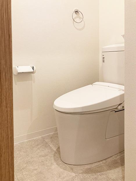 トイレ周り。リノベの際に新品に交換済みです。